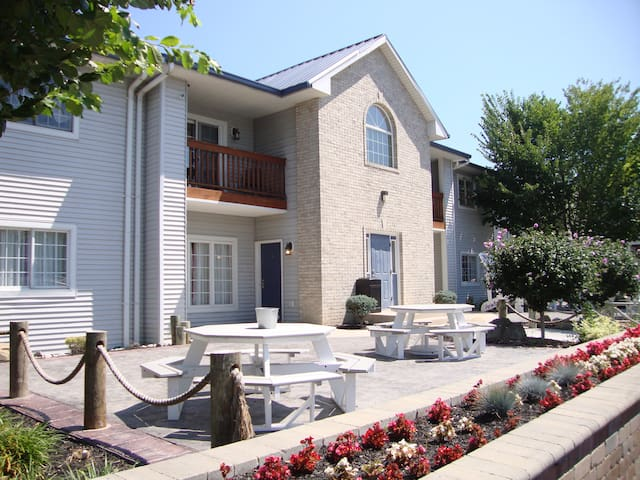 Put-in-Bay Newly Remodeled 2 Bedroom 2 Full Bath Poolview Condo - Sleeps 8 - Put-in-Bay Poolview Condo #2