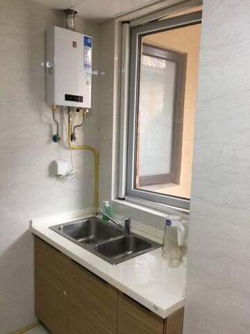 厨房间里的燃气热水器,别墅同时有太阳能热水器