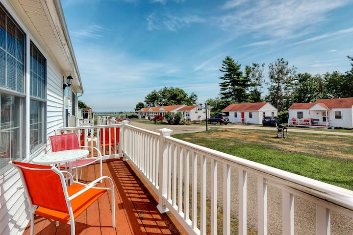 New listing! Sunny cottage condo w/ deck  - walk to the beach!