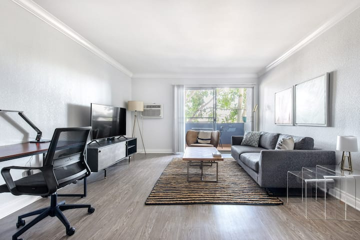 Chic Torrance 1BR w/ Roofdeck, Pool, near Redondo Beach by Blueground (LAX 375)