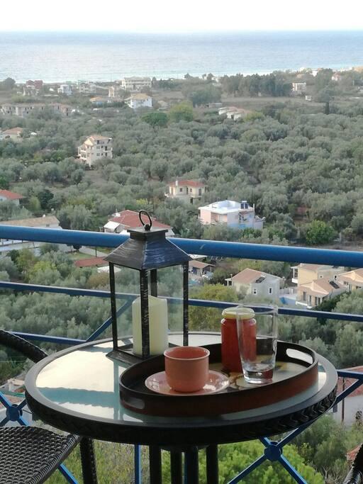 Η απέραντη θέα από το μπαλκόνι του υπνοδωματίου.