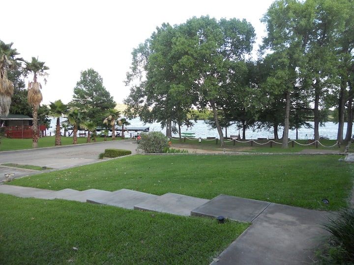 Perfect Spot for Relaxing! Best location on Lake!!