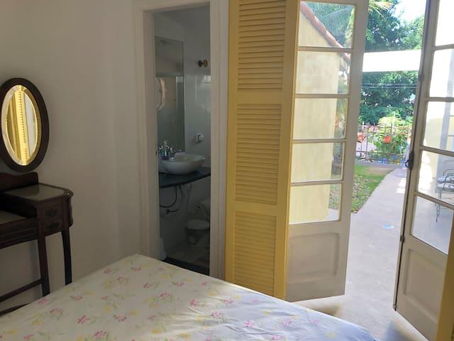 Dormitório 1 suíte casal com porta balcão para acesso para o jardim privativo