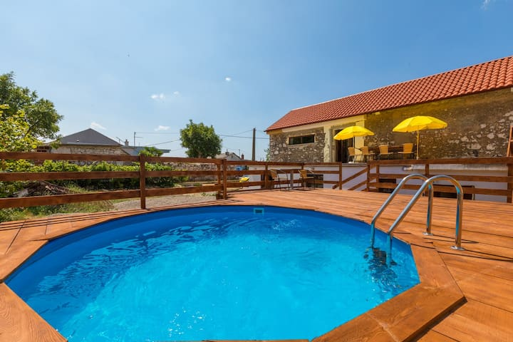 Country house with pool, 10 minutes drive to sea