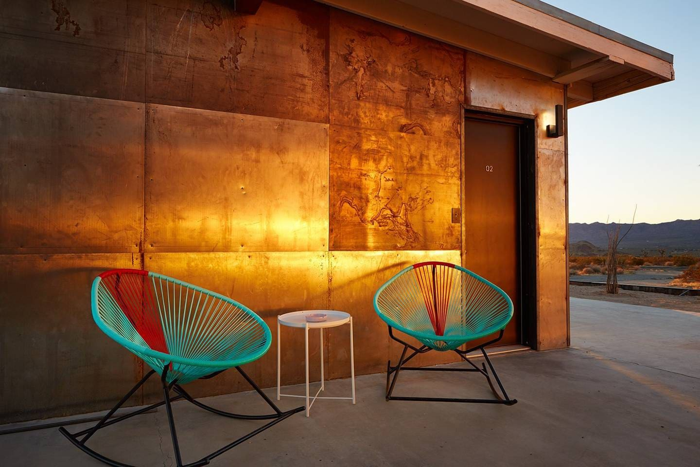 ✚ the natural patina of rusting steel panels reflects the light of the early morning sun