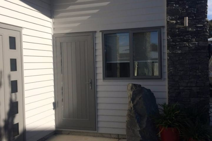 Bright and modern self contained one bedroom flat - Porirua