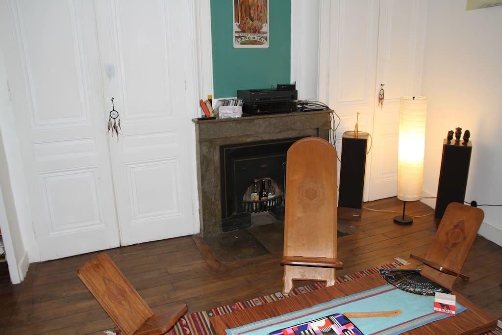 Salon avec cheminée décorative / Living room with ornamental fireplace