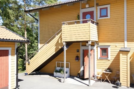 Apartment with private entrance close to city - Täby