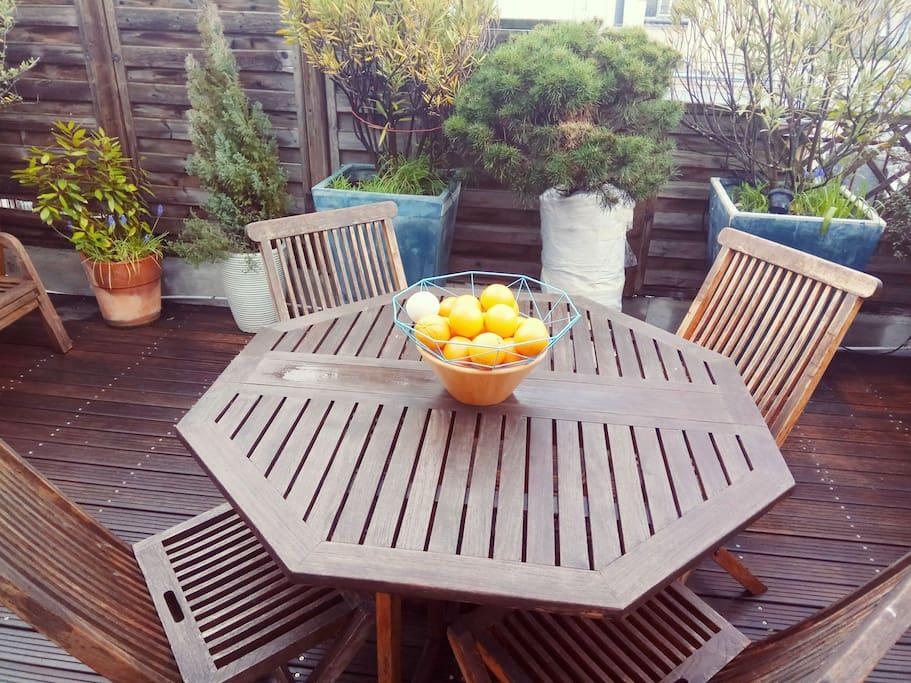 table et chaises de jardin pour déjeuner sur la terrasse