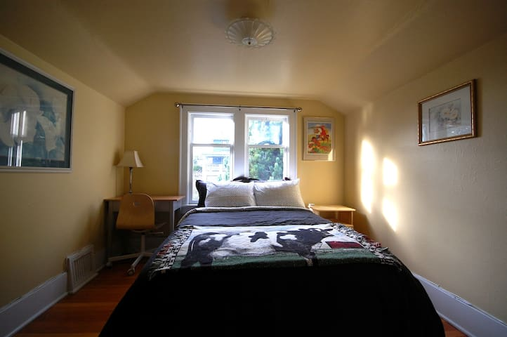 Cozy Spot by Seattle Center! Minutes to Downtown