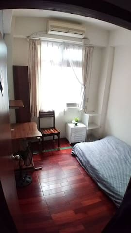[小房間]採光充足,窗戶外面可曬衣服。舒適小巧的空間,適合獨遊的旅人。