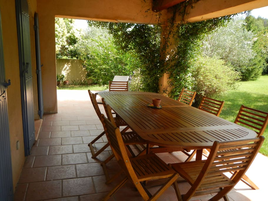 Terrasse avec sa table, pour manger à l'abri du soleil !