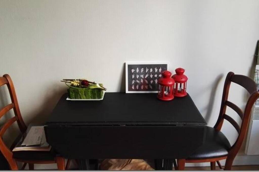 Table à double ralonge et deux chaises !
