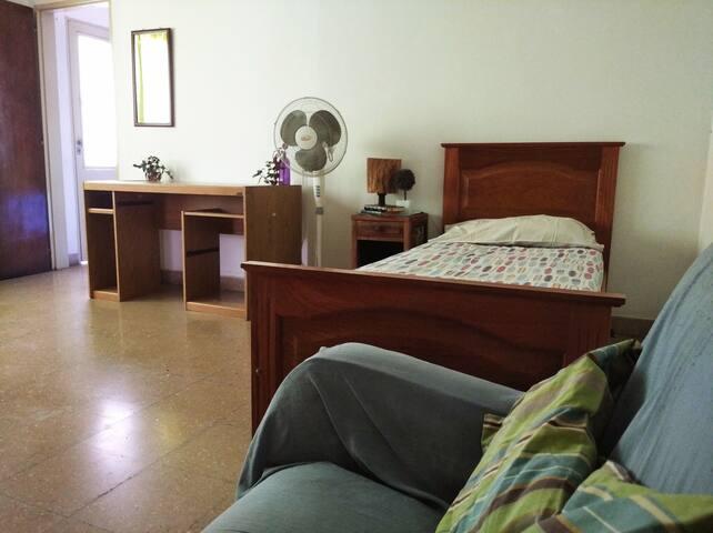 Habitación grande, con escritorio.Cerca del Centro