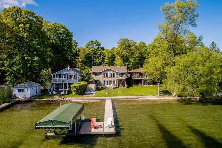 Barefoot Bungalow Gracing the shores of Lake Simcoe, a wonderful family cottage!