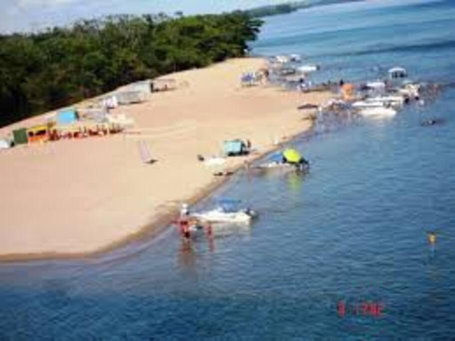 Linda praia nas proximidades