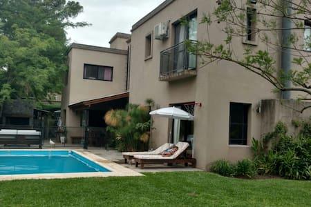 Casa quinta con pileta , parrilla y amplio jardin - Bella Vista