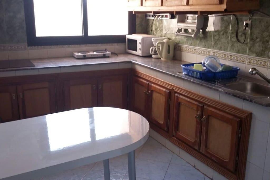 Cuisine ( vaisselle, plaque de cuisson, micro onde, four d'appoint, table )