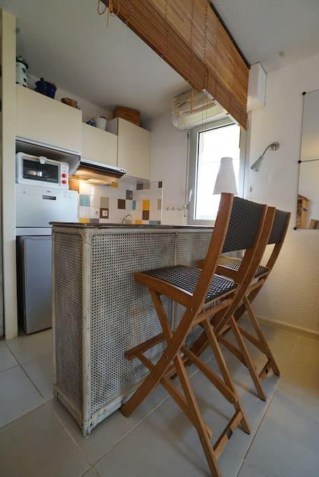 Cuisine ouverte sur la pièce à vivre avec bar.