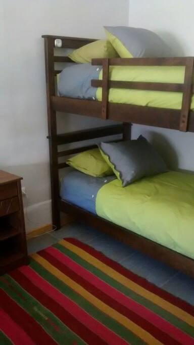 Habitación dormitorio con dos camarotes