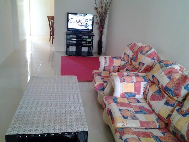 Ruang masuk utama yang menyediakan sofa dan kemudahan TV skrin rata