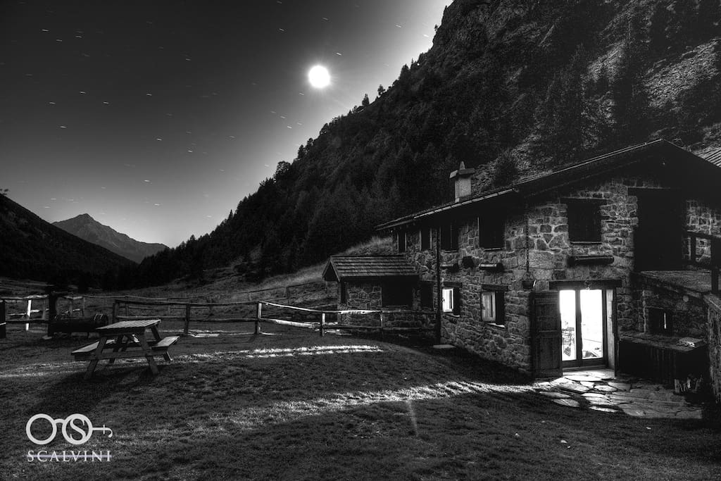 Lo chalet in notturna - The chalet by night