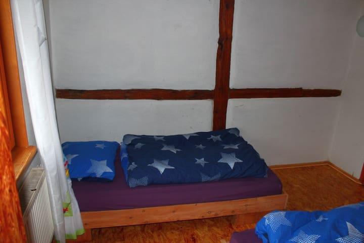Doppelzimmer (2) mit 3 Einzelbetten im Bauernhaus