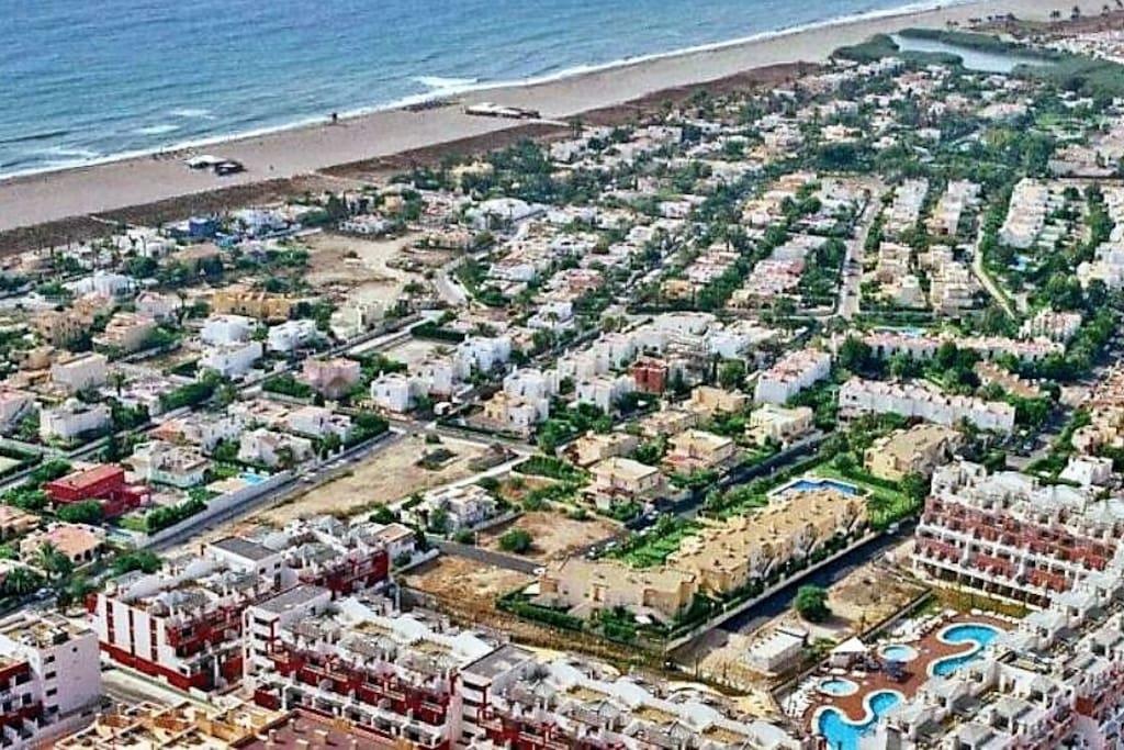 Situación del edificio de apartamentos en relación a la playa