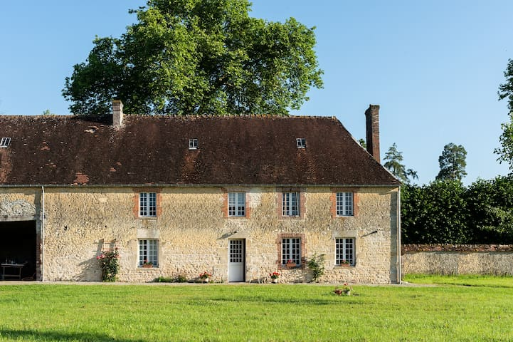 Newly-renovated 4-bedroom Farmhouse in Normandy