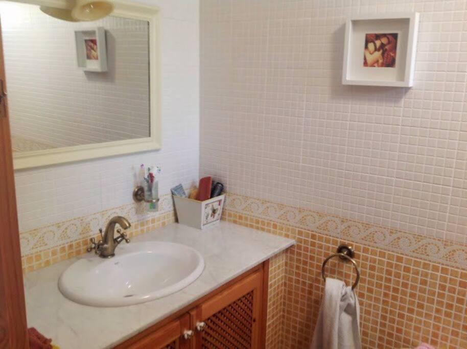 El baño, decorado con mucho cariño igual que la casa
