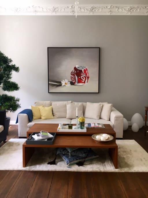 Wohnzimmer ausgestattet mit Couch und Sessel sowie TV, DVD Player