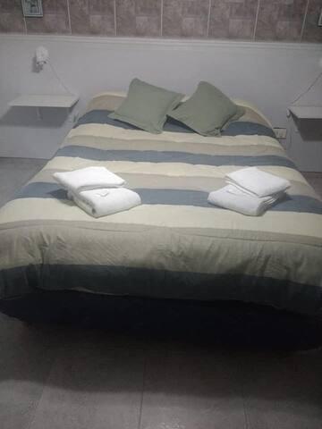 Se ofrece toallas, toallones y artículos de limpieza para cada huésped.