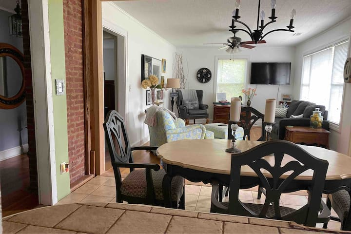 Cozy Private Suite in Downtown-Pets ok by request