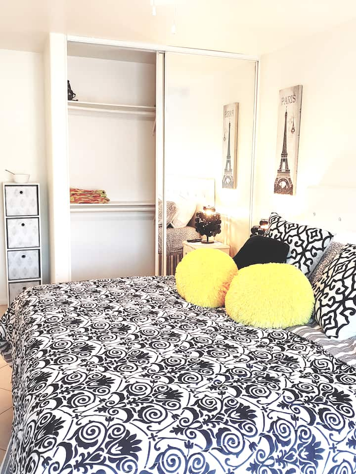 Beautiful Master Suite Central Desert Oasis Awaits
