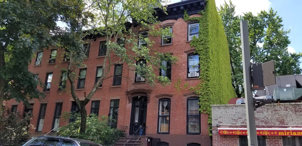 Dreamy brownstone with cozy room, big closet, bike