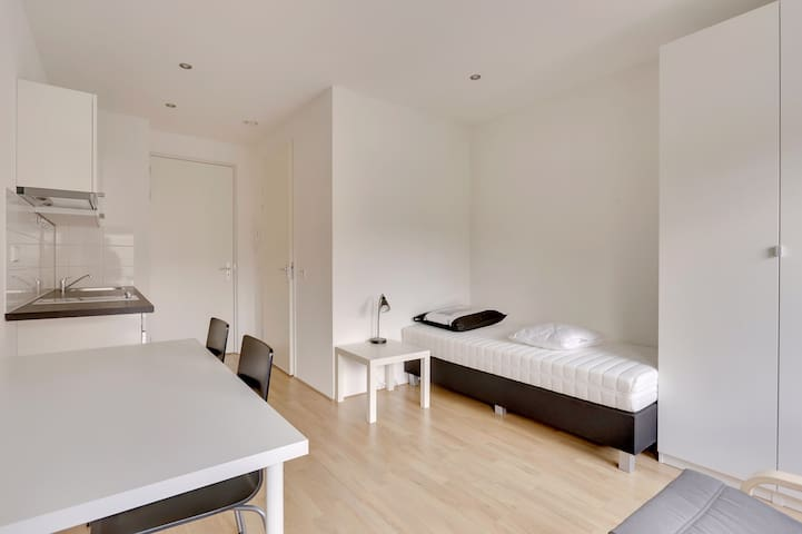 Cozy studio 500 meters from train station