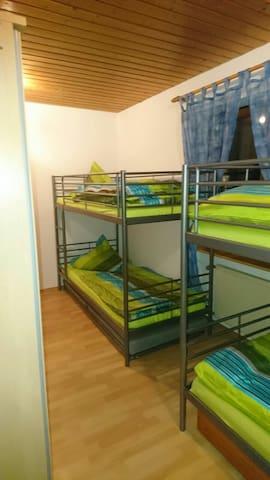 Sauberes Zimmer mit Bad und TV - Dauchingen - House