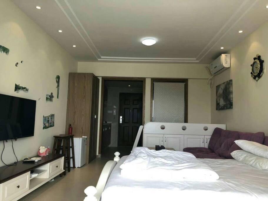 房间配有大床,沙发床,儿童床,电视机空调冰箱洗衣机等!
