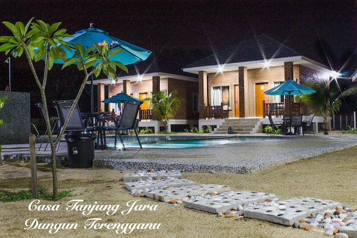 CASA TANJUNG JARA LODGE, 1 min walk to the beach.