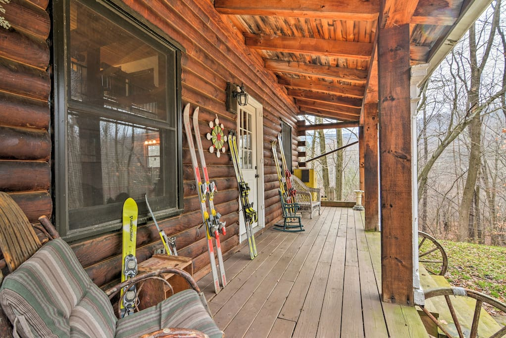 Escape to this 3-bed, 2-bath vacation rental cabin in Little Valley!