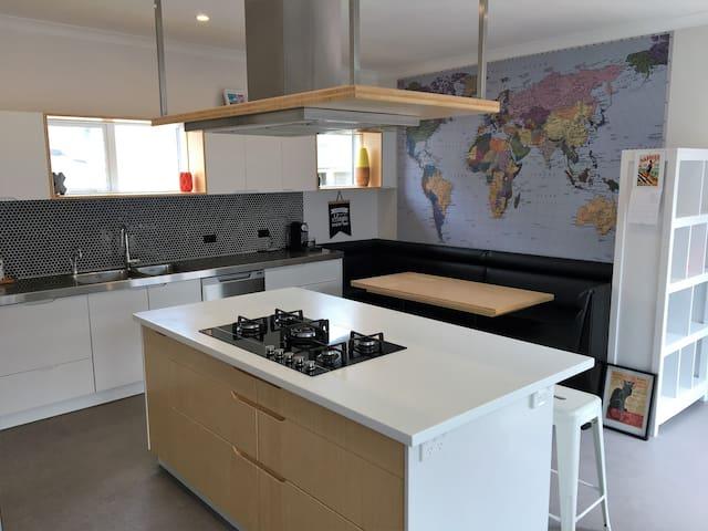 Large, modern spacious home in great neighbourhood - Wellington - Dom
