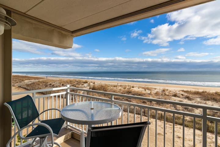 Oceanfront condo w/amazing view, balcony, beach access & free WiFi