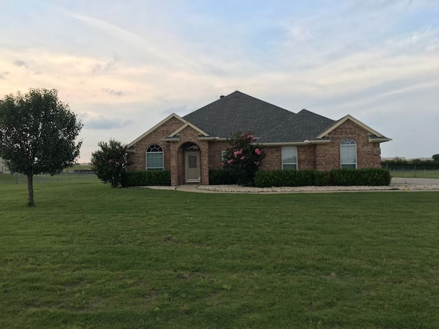 Ranch home 15min from Fort Worth