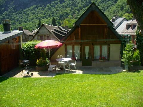 malý horský dom so záhradou