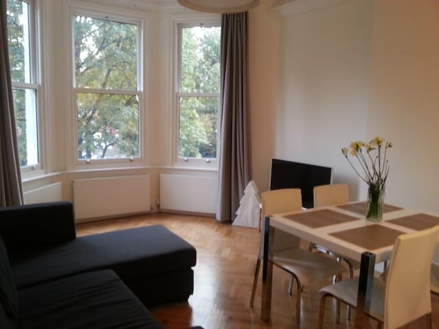 Cosy double bedroom in Maida Vale