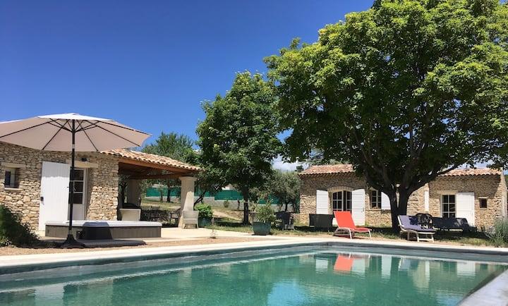 MAZET provençal, Jacuzzi, et piscine privés