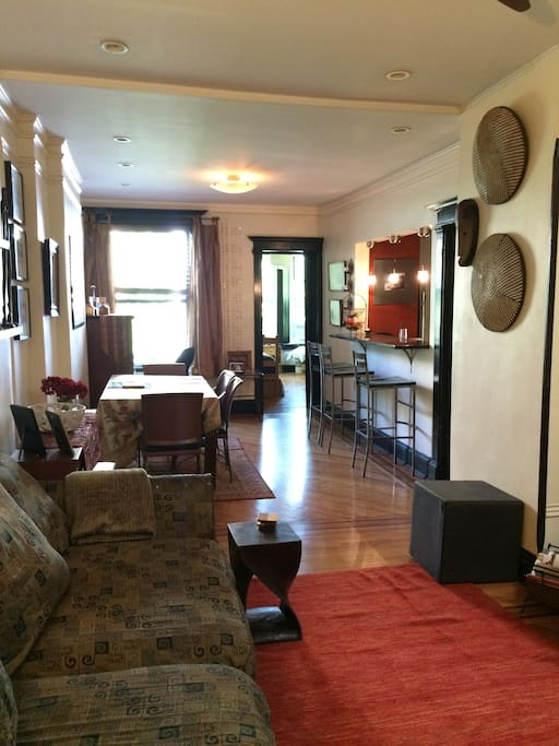 Living room/dining area, cable TV,stereo, skylight, ceiling fan. A/C