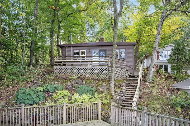 Cozy Lake Cottage walking distance to Road America