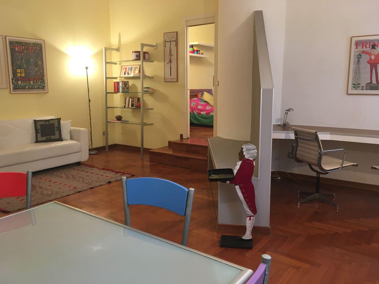 Vista dell'ampio soggiorno con zona studio