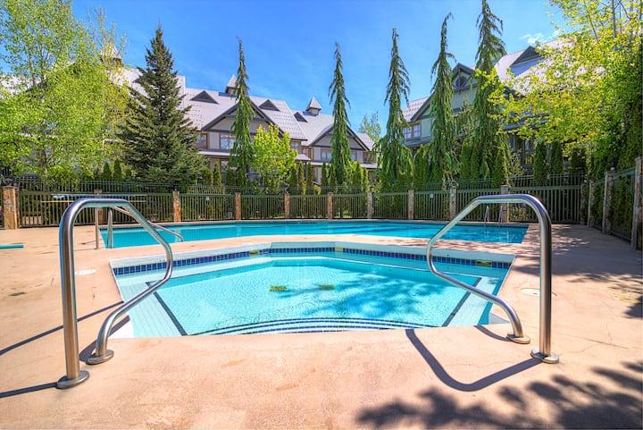 Stay @ Village North w/ 2 Levels+Pool & Hot Tub